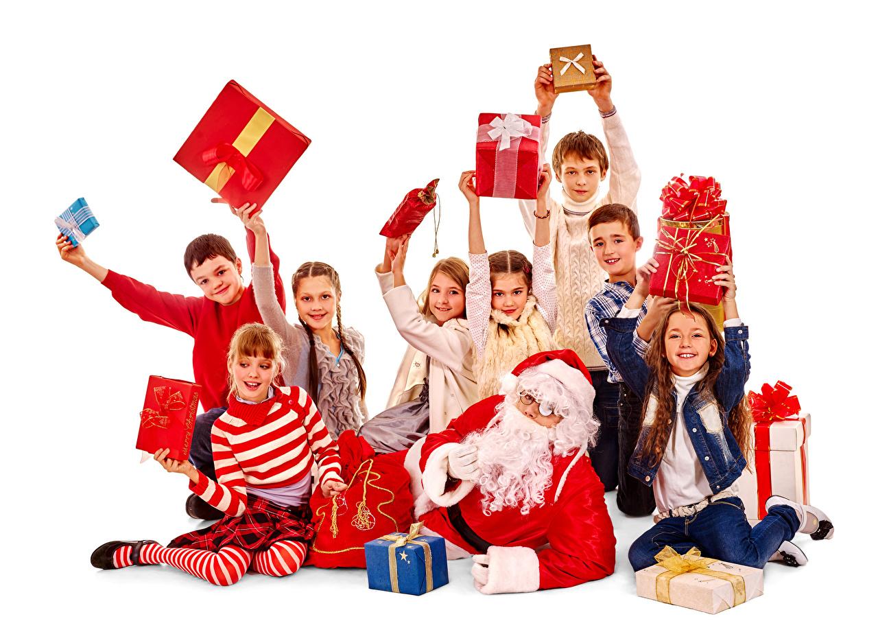 Фотография Девочки мальчишка Новый год ребёнок Дед Мороз Подарки Много Белый фон девочка мальчик Мальчики мальчишки Рождество Дети Санта-Клаус подарок подарков белом фоне белым фоном