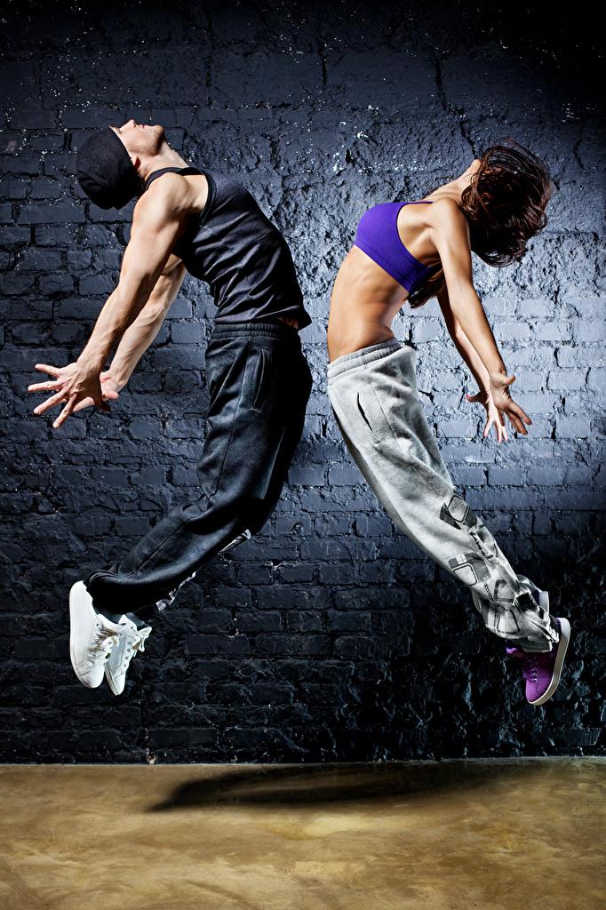Фотографии Шатенка Мужчины Танцы 2 Девушки Прыжок Руки Танцует Двое вдвоем