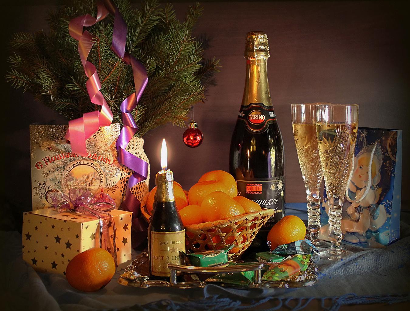 Фотография Новый год Конфеты Мандарины Шампанское Подарки Еда Бокалы Бутылка Натюрморт Праздники Рождество Игристое вино подарок подарков Пища бокал бутылки Продукты питания