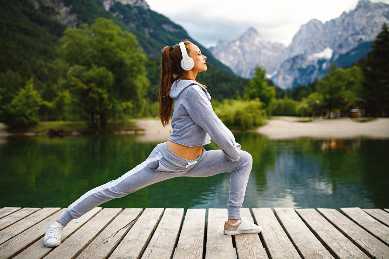 Фото Шатенка Наушники Тренировка Фитнес спортивные молодые женщины шатенки в наушниках тренируется физическое упражнение Спорт девушка Девушки спортивный спортивная молодая женщина