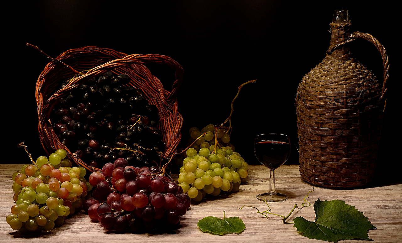 Обои для рабочего стола Вино кувшины Виноград Корзинка Бокалы Продукты питания Натюрморт Кувшин Корзина корзины Еда Пища бокал