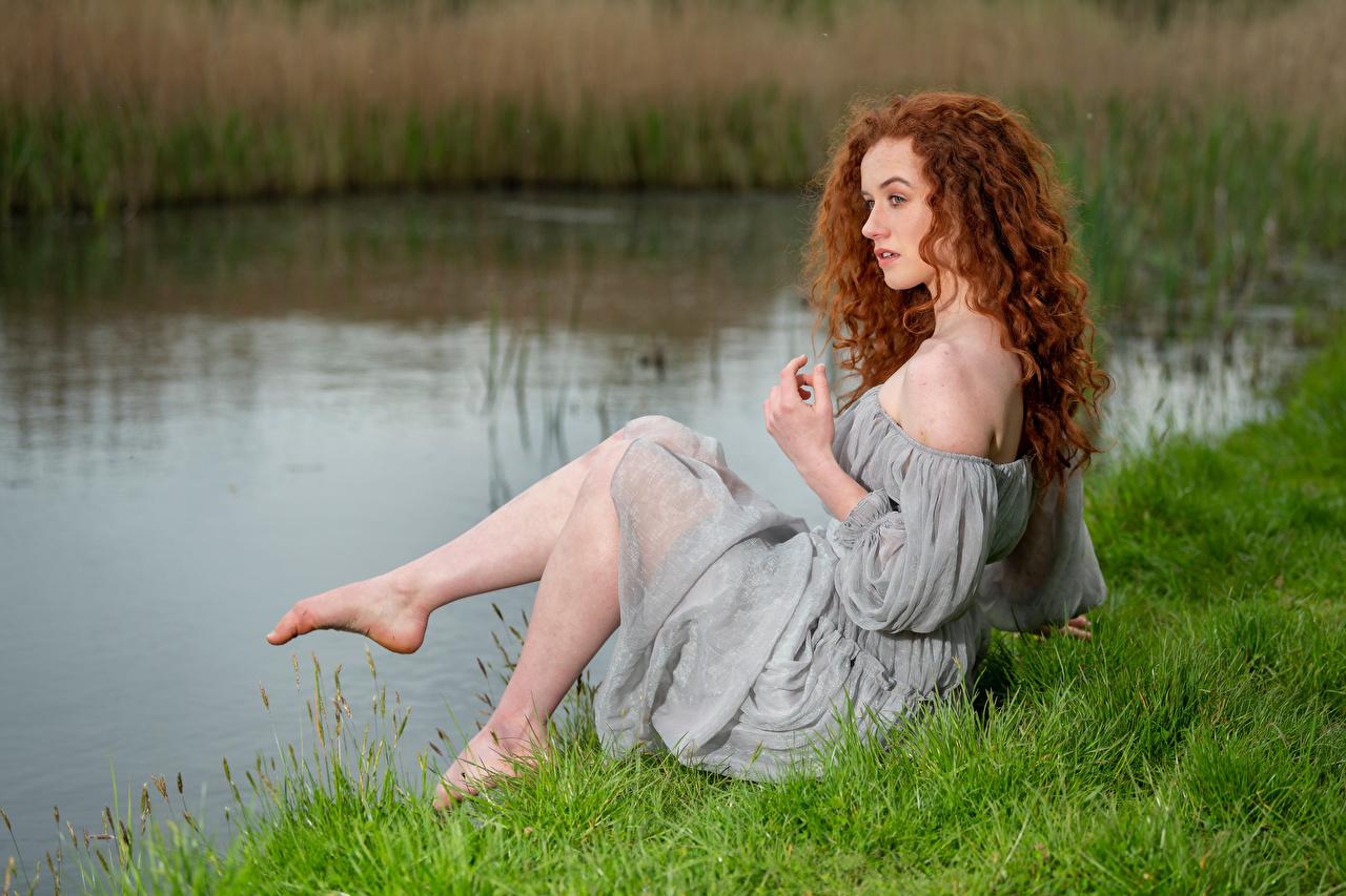 Фото рыжие Lydia Кудрявые девушка Ноги траве сидящие платья Рыжая рыжих кудри Девушки молодая женщина молодые женщины ног сидя Трава Сидит Платье