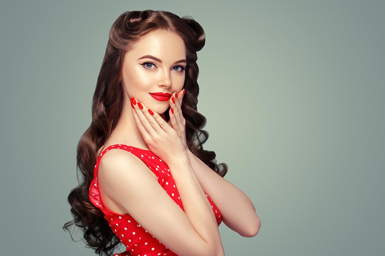 Картинки Шатенка маникюра красивый Волосы молодая женщина рука смотрит Серый фон красными губами шатенки Маникюр Красивые красивая волос Девушки девушка молодые женщины Руки Взгляд смотрят сером фоне Красные губы