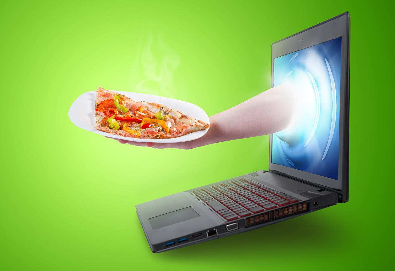 Обои для рабочего стола Ноутбуки Пицца Креатив Быстрое питание Еда Руки Цветной фон ноутбук Фастфуд креативные оригинальные рука Пища Продукты питания