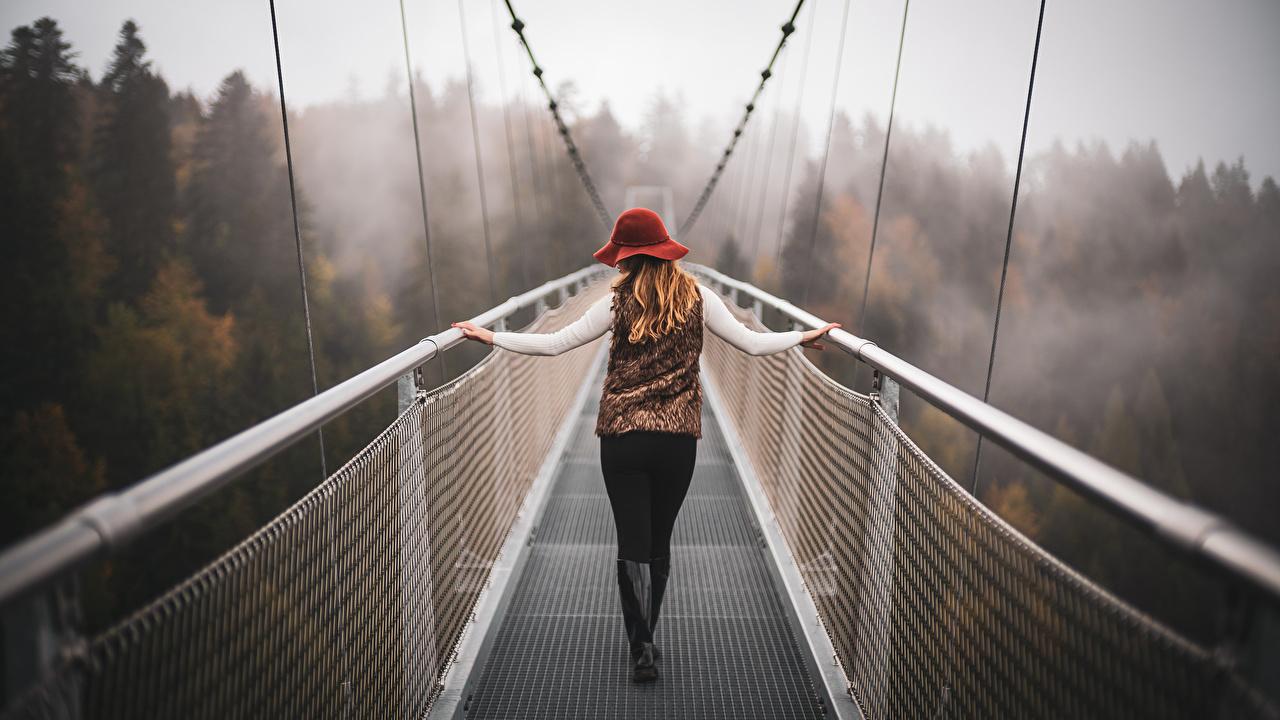 Обои для рабочего стола Швейцария Размытый фон Туман Горы мост Природа молодая женщина боке тумане тумана гора Мосты девушка Девушки молодые женщины
