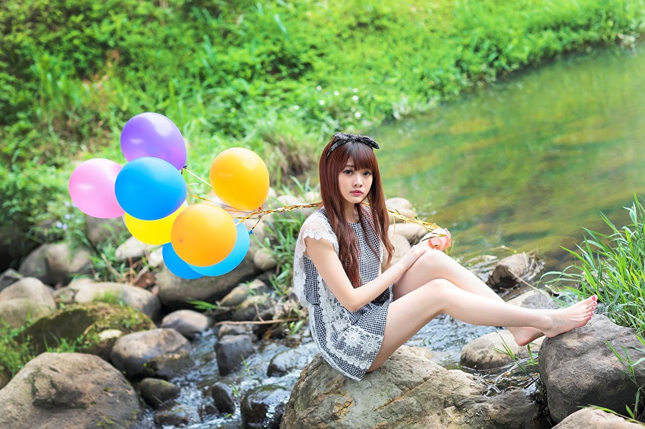 Картинка Шатенка Воздушный шарик Девушки Ноги Азиаты Камень сидящие Сидит Камни