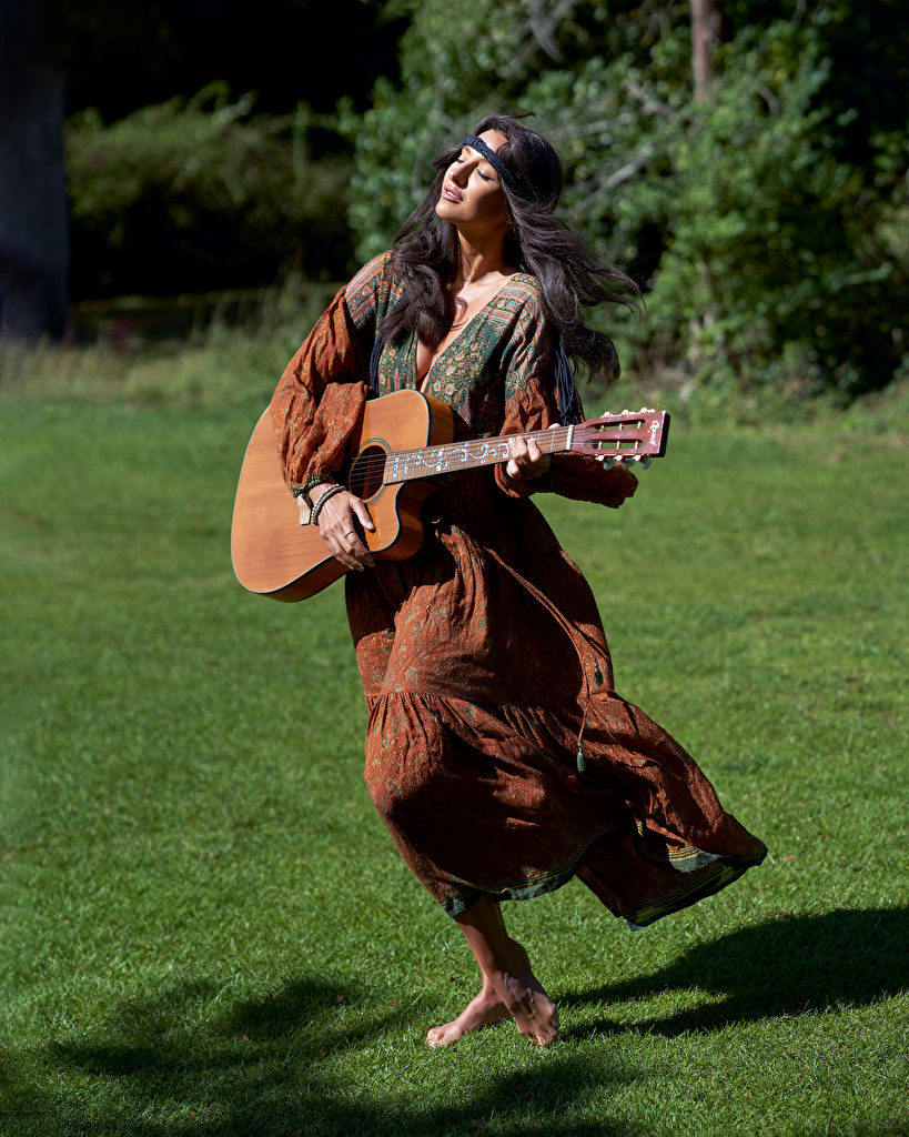 Картинки брюнетки Гитара молодые женщины платья  для мобильного телефона Брюнетка брюнеток гитары с гитарой девушка Девушки молодая женщина Платье