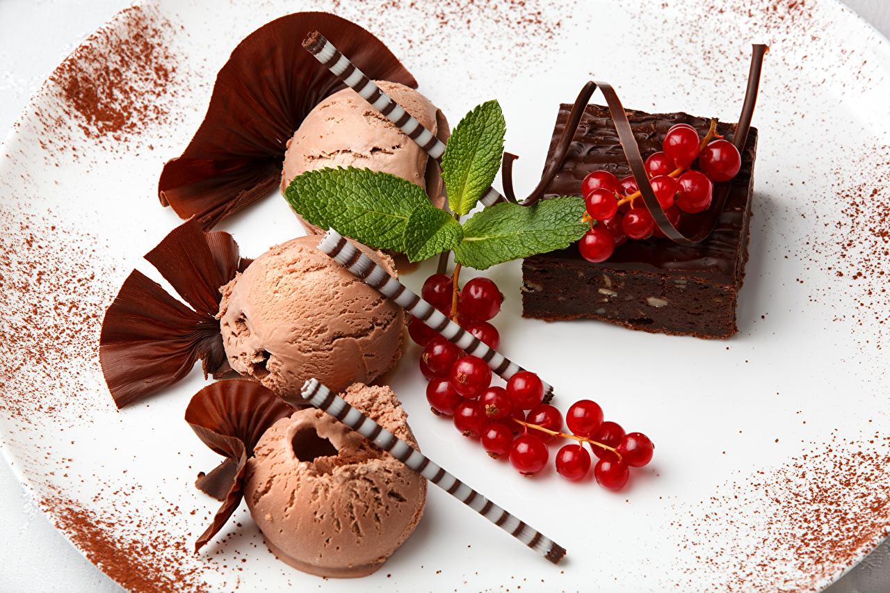 Фотографии Шоколад Мороженое мяты Смородина Пища тарелке Сладости Крупным планом Мята мятой Еда Тарелка Продукты питания вблизи сладкая еда