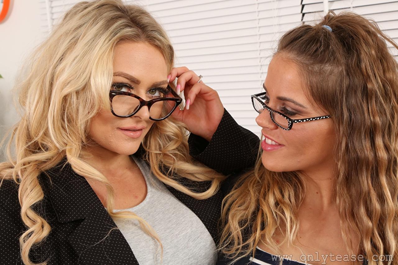 Фото Amy S Only Siobhan Graves Шатенка Блондинка 2 молодые женщины рука Очки Взгляд шатенки блондинок блондинки два две Двое вдвоем Девушки девушка молодая женщина Руки очках очков смотрят смотрит