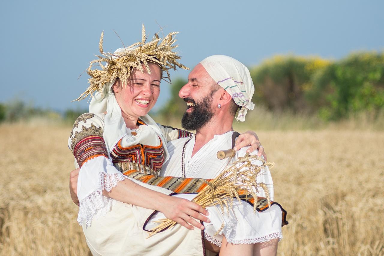 Фотографии Мужчины Смех Радость Борода две венком Девушки Пшеница Поля смеется счастье смеются радостная радостный счастливая счастливые счастливый бородой бородатые бородатый 2 два Двое Венок вдвоем