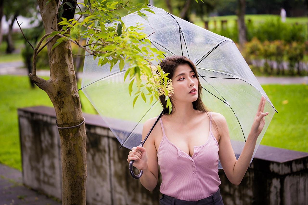 Обои для рабочего стола вырез на платье молодые женщины Майка Азиаты Зонт смотрят Декольте девушка Девушки молодая женщина майки майке азиатки азиатка зонтом зонтик Взгляд смотрит