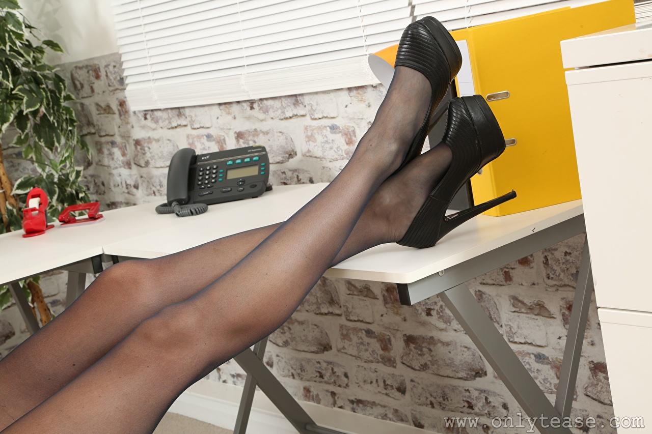 Фотографии колготках молодая женщина ног вблизи Туфли Колготки колготок девушка Девушки молодые женщины Ноги Крупным планом туфлях туфель