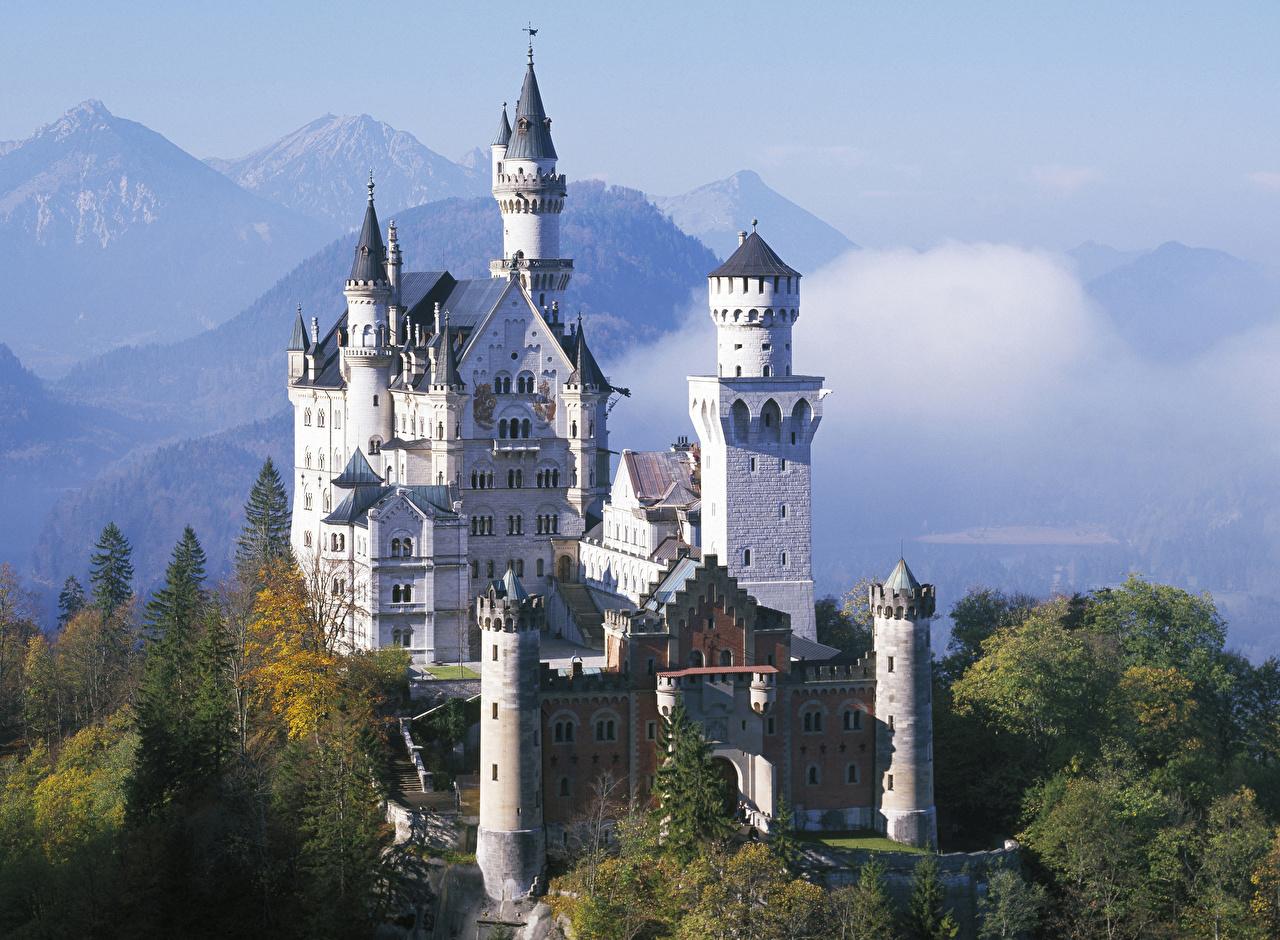 Картинка Бавария Нойшванштайн Германия гора Замки осенние Города Горы Осень город
