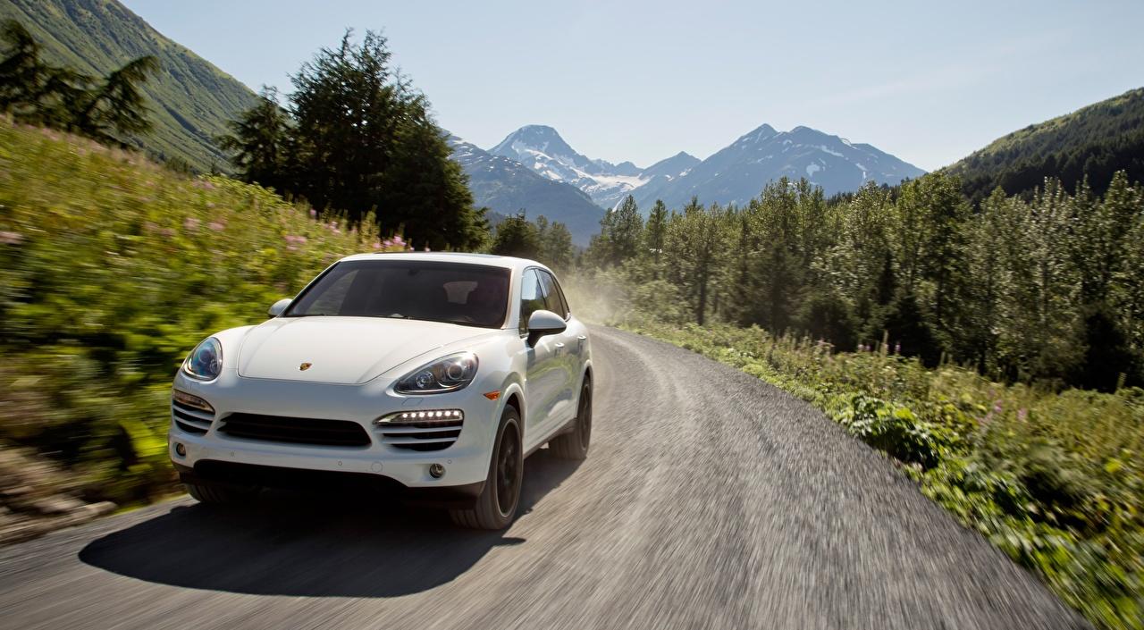 Фото Porsche Кроссовер Cayenne Diesel, US-spec, 2012 белые Дороги едущая Спереди Автомобили Порше CUV белая Белый белых едет едущий скорость Движение авто машины машина автомобиль