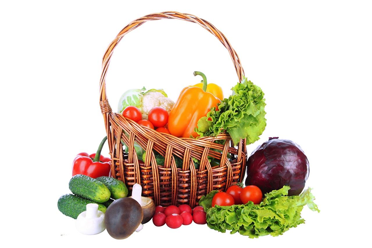 Картинка Корзинка Пища Овощи белым фоном Корзина корзины Еда Продукты питания Белый фон белом фоне