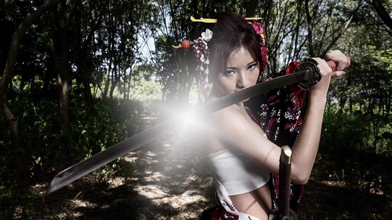 Фото Лучи света меча брюнетки Воители Катана девушка азиатка Руки Взгляд меч Мечи с мечом Брюнетка брюнеток воин воины Девушки молодая женщина молодые женщины Азиаты азиатки рука смотрит смотрят