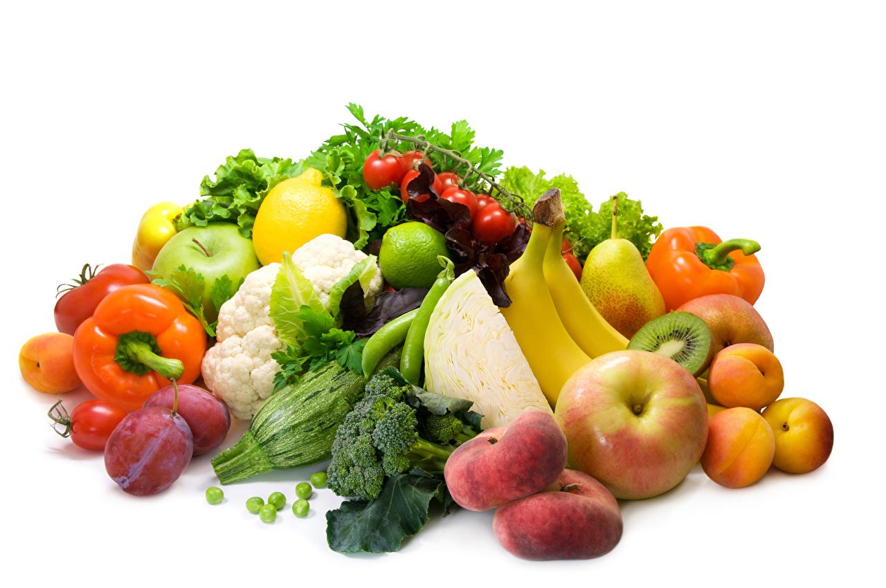 Картинка Сливы Яблоки Еда Перец Овощи Фрукты белым фоном Пища Продукты питания Белый фон белом фоне