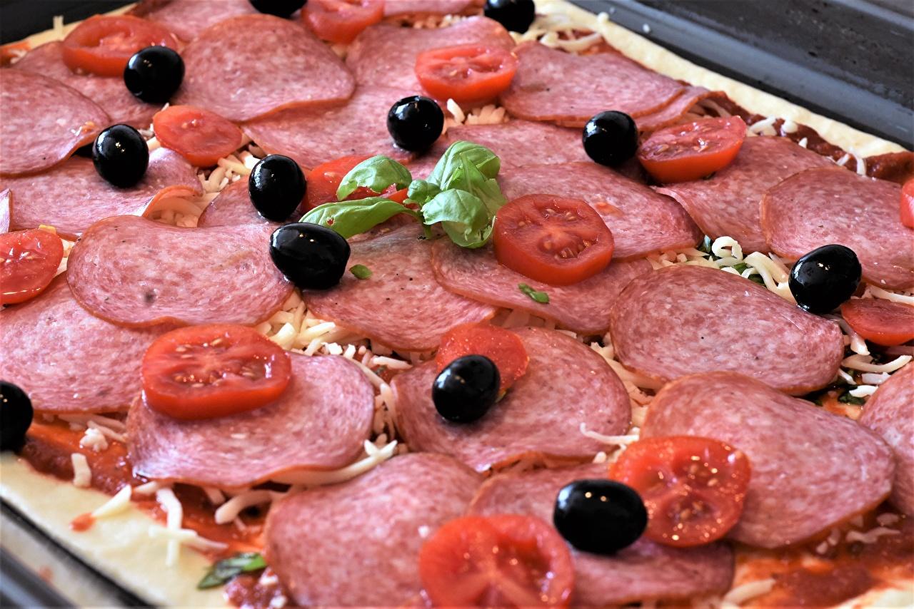Фотография Пицца Оливки Томаты Колбаса Еда Нарезанные продукты вблизи Помидоры Пища нарезка Продукты питания Крупным планом
