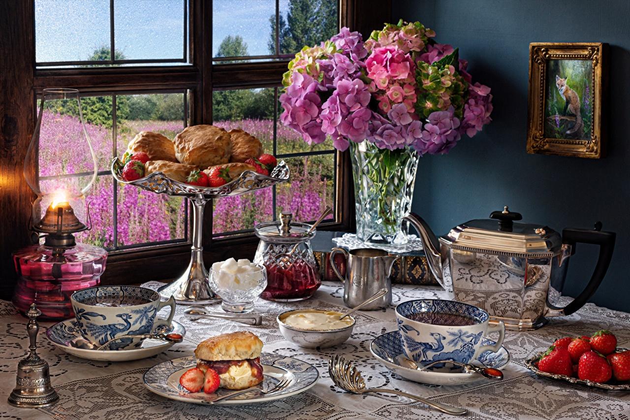 Обои для рабочего стола Керосиновая лампа Клубника Еда Ваза Окно чашке Выпечка Натюрморт вазе вазы окна Пища Чашка Продукты питания