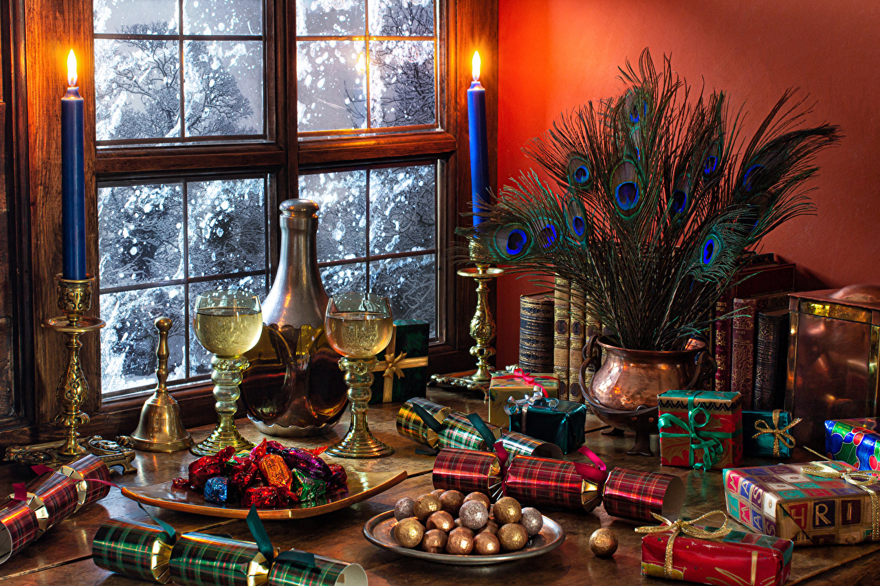 Фотография Рождество Конфеты Шампанское Перья Подарки Еда вазы окна Свечи Бокалы Натюрморт Новый год Игристое вино подарок подарков вазе Ваза Окно Пища бокал Продукты питания