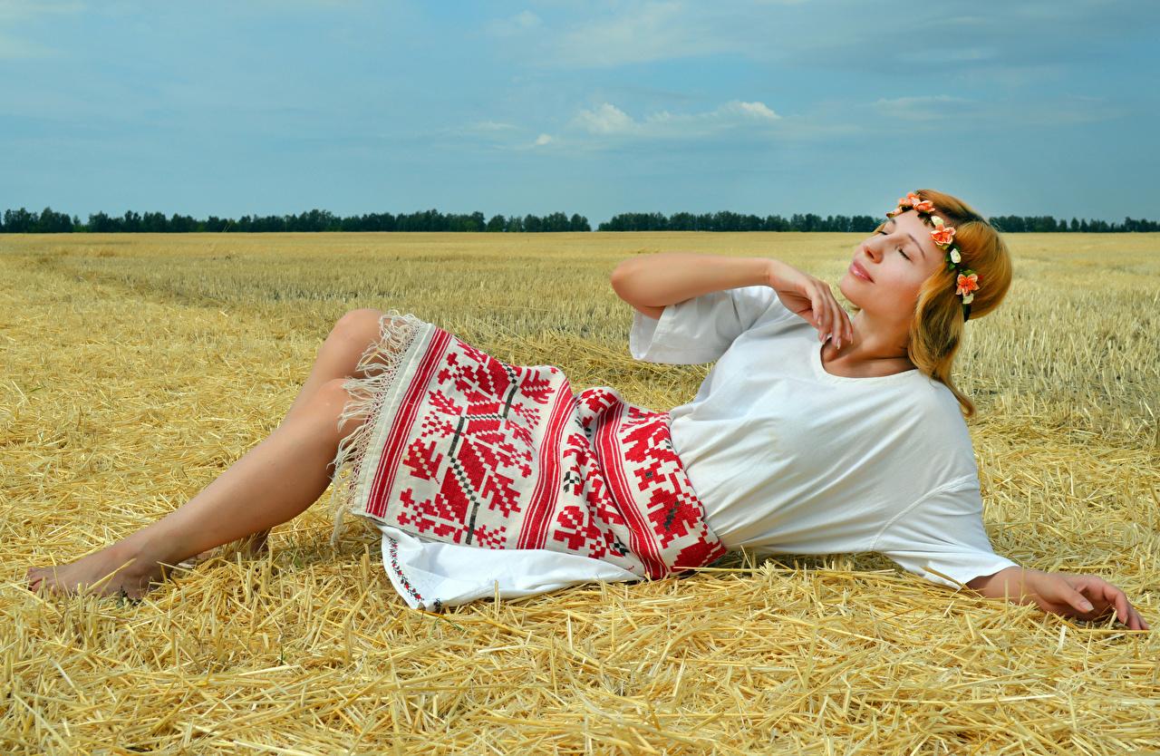 Обои для рабочего стола лежат Victoria Borodinova венком Девушки Поля соломе платья лежа Лежит лежачие Венок девушка молодая женщина молодые женщины Солома Платье
