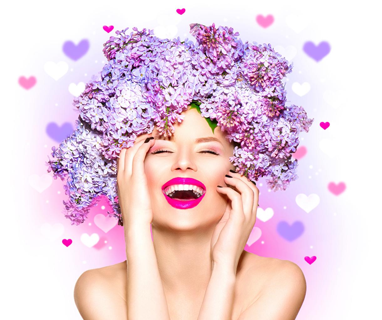 Обои для рабочего стола Радость лица Девушки Сирень рука белом фоне счастье радостный радостная счастливые счастливый счастливая Лицо девушка молодая женщина молодые женщины Руки Белый фон белым фоном