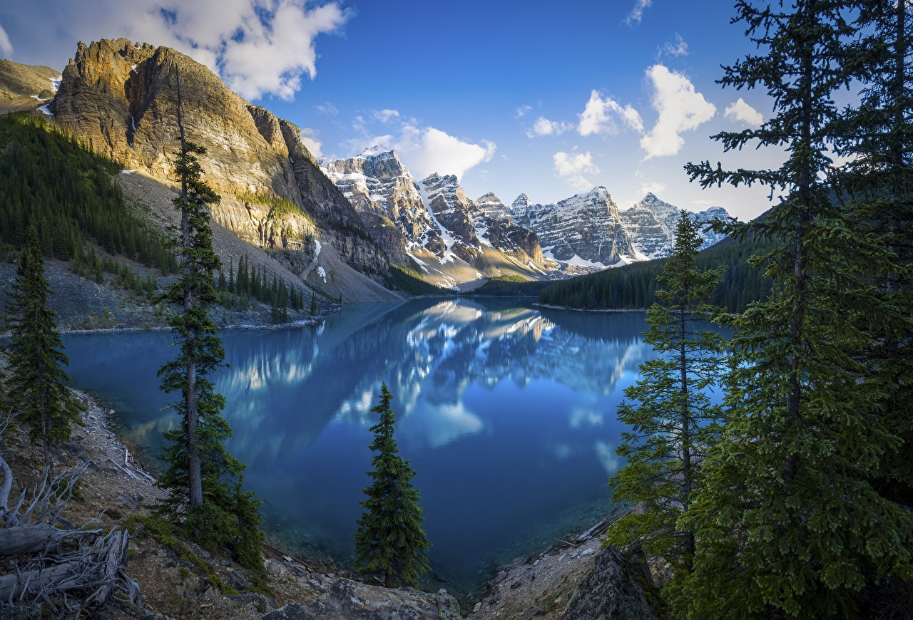 Картинка Банф Канада Alberta Горы скале Природа Парки Озеро Пейзаж Деревья облачно гора Утес Скала скалы парк дерево дерева Облака облако деревьев