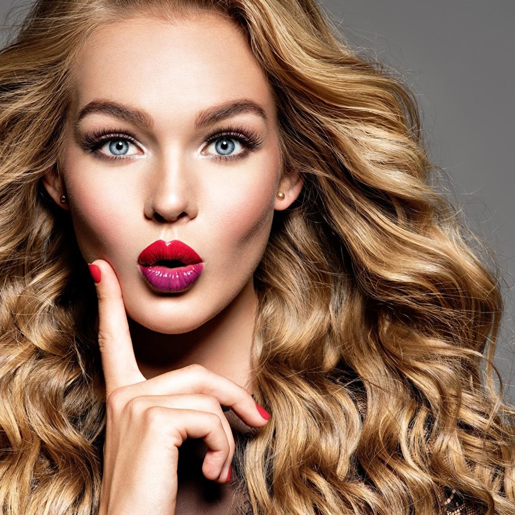 Картинки Девушки лица кудри Волосы Взгляд удивлена Пальцы Красные губы косметика на лице девушка молодые женщины молодая женщина Лицо Кудрявые волос смотрит удивлен смотрят Удивление эмоции изумление мейкап Макияж красными губами