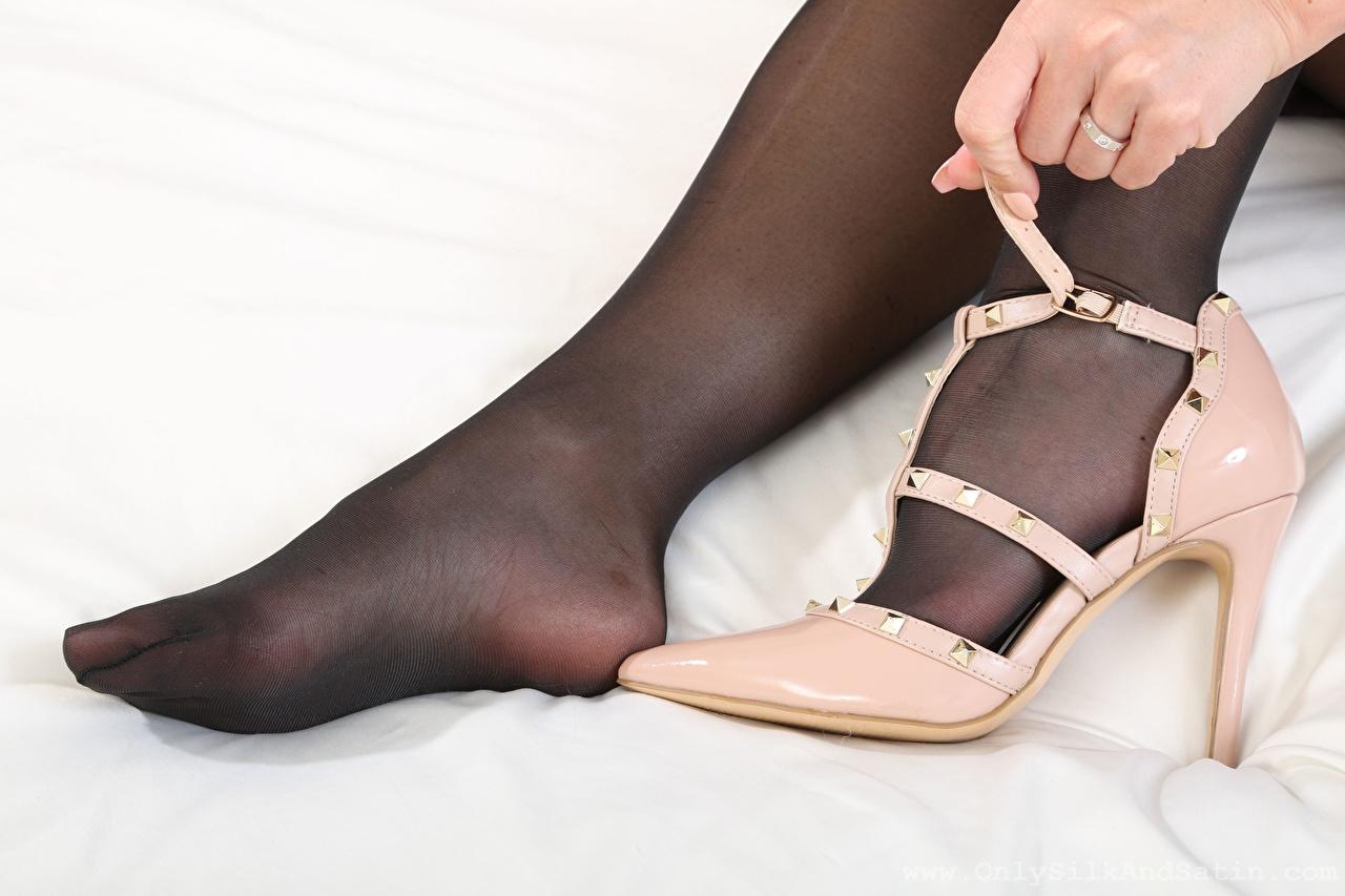 Фотографии Мелисса Мендини Колготки девушка Ноги Руки вблизи туфель Melisa Mendiny колготок колготках Девушки молодая женщина молодые женщины ног рука Крупным планом Туфли туфлях