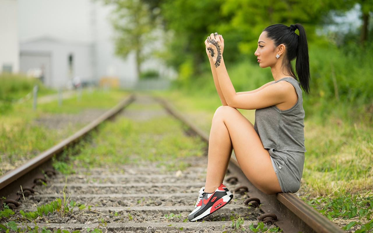 Картинки Татуировки брюнеток Рельсы боке Девушки ног рука сидящие тату татуировка Брюнетка брюнетки рельсах Размытый фон девушка молодые женщины молодая женщина Ноги Руки сидя Сидит