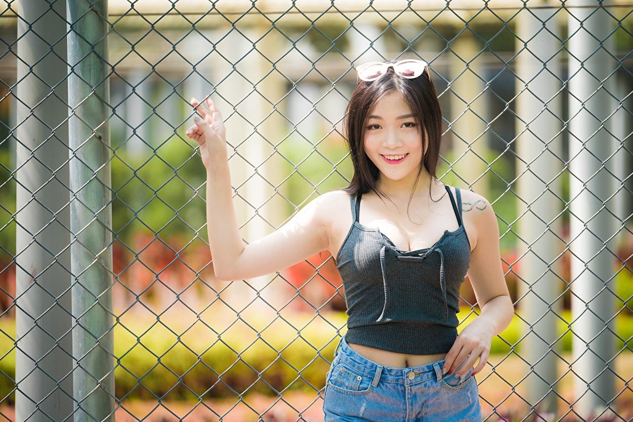 Картинки Брюнетка Улыбка девушка забора азиатки рука очках Взгляд брюнеток брюнетки улыбается Девушки молодые женщины молодая женщина Забор Азиаты ограда азиатка забором Руки Очки очков смотрят смотрит