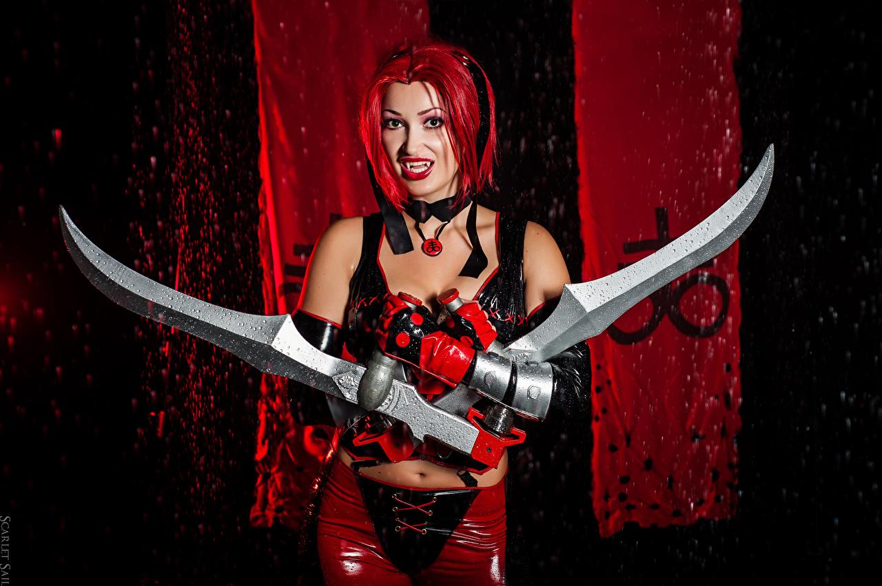 Фотографии BloodRayne меч вампир рыжих Латекс Косплей перчатках Elena Samko молодая женщина рука меча Мечи с мечом Вампиры рыжие Рыжая в латексе Перчатки девушка Девушки молодые женщины Руки