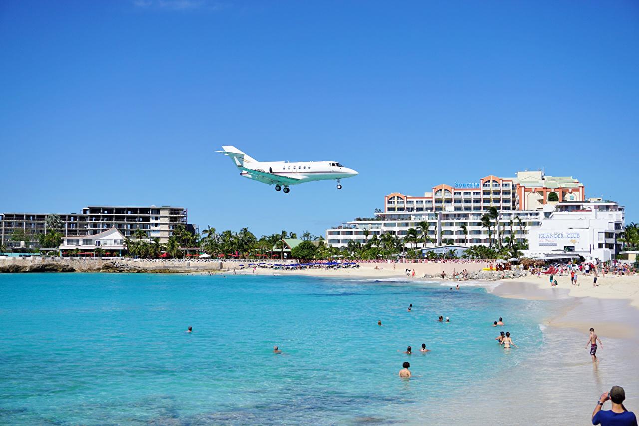 Обои Самолеты Курорты Пляж берег летящий Дома Города Полет Побережье Здания