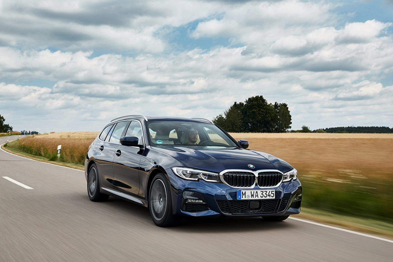 Картинка BMW 3-series,2020, G21, 330d xDrive синяя едет авто Металлик БМВ синих синие Синий едущий едущая скорость Движение машина машины автомобиль Автомобили