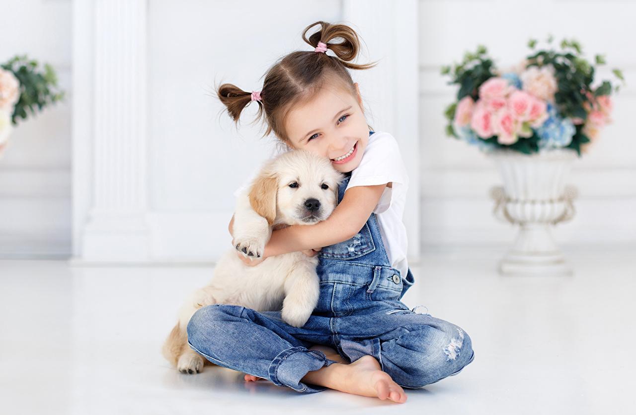 Картинки Щенок Девочки Собаки Улыбка Дети Джинсы сидящие Ребёнок Сидит