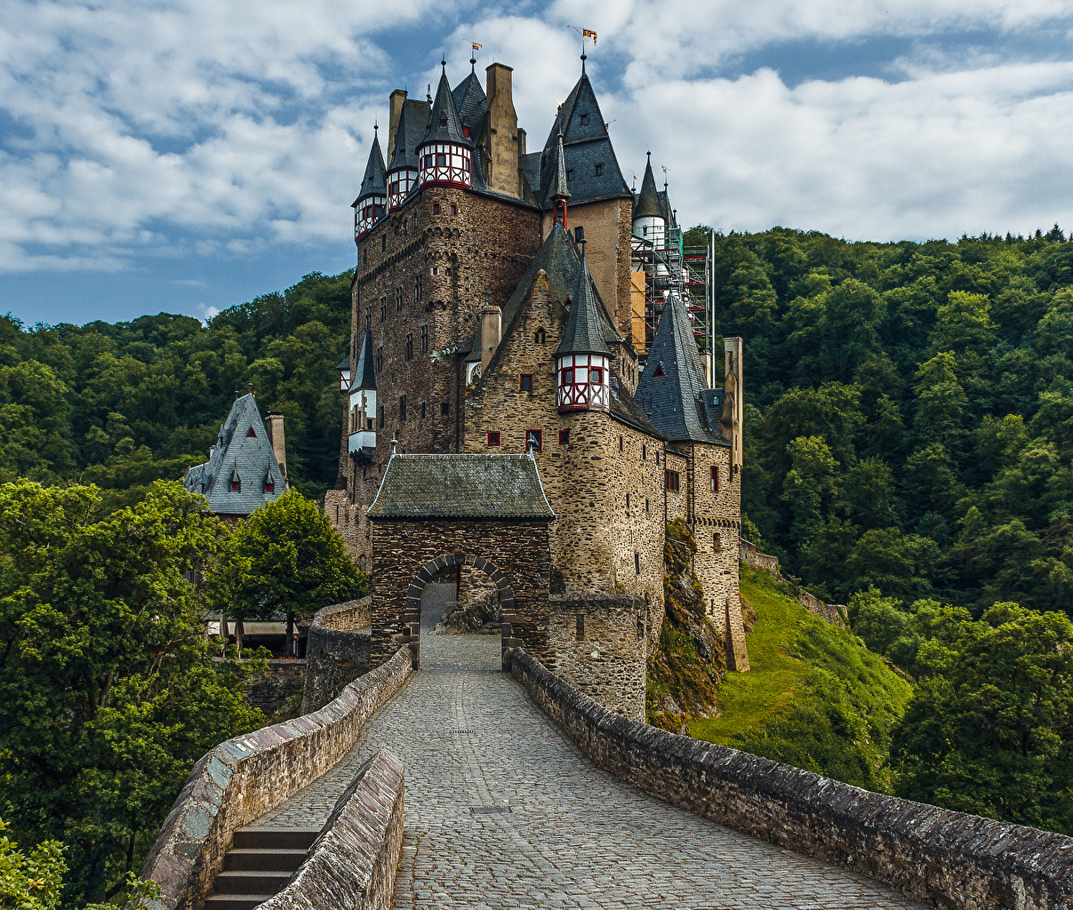 Картинки Германия Eltz Castle Замки лес Дороги Города замок Леса город