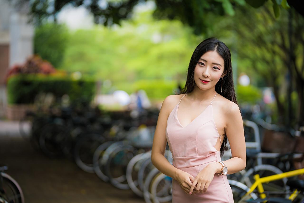 Фотография брюнеток боке позирует девушка азиатки Руки смотрят Платье Брюнетка брюнетки Размытый фон Поза Девушки молодые женщины молодая женщина Азиаты азиатка рука Взгляд смотрит платья