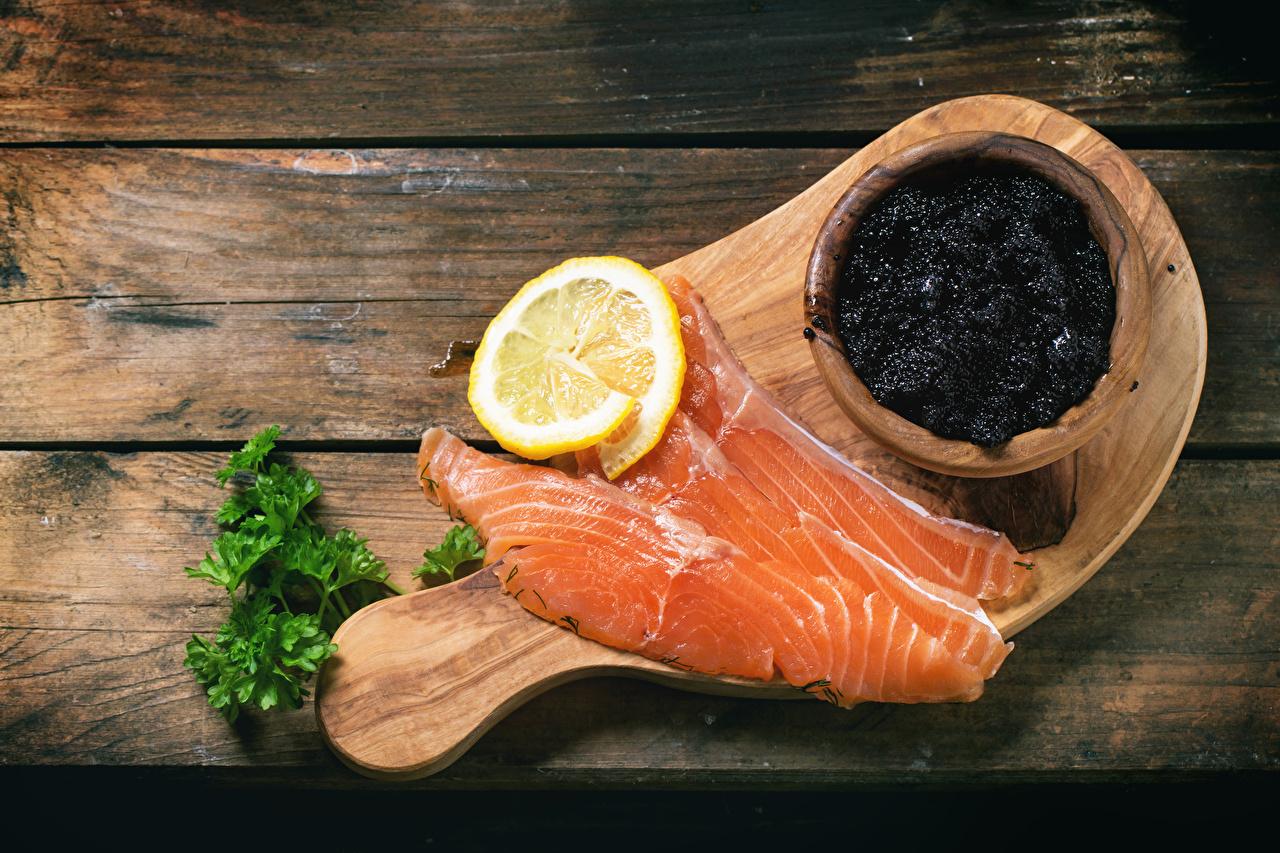 Картинка Лососи Рыба Икра Лимоны Еда Доски Пища Продукты питания