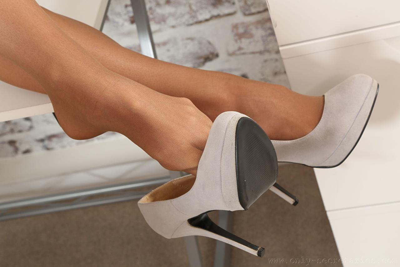 Обои для рабочего стола Колготки молодые женщины ног Крупным планом туфлях колготок колготках девушка Девушки молодая женщина Ноги вблизи Туфли туфель