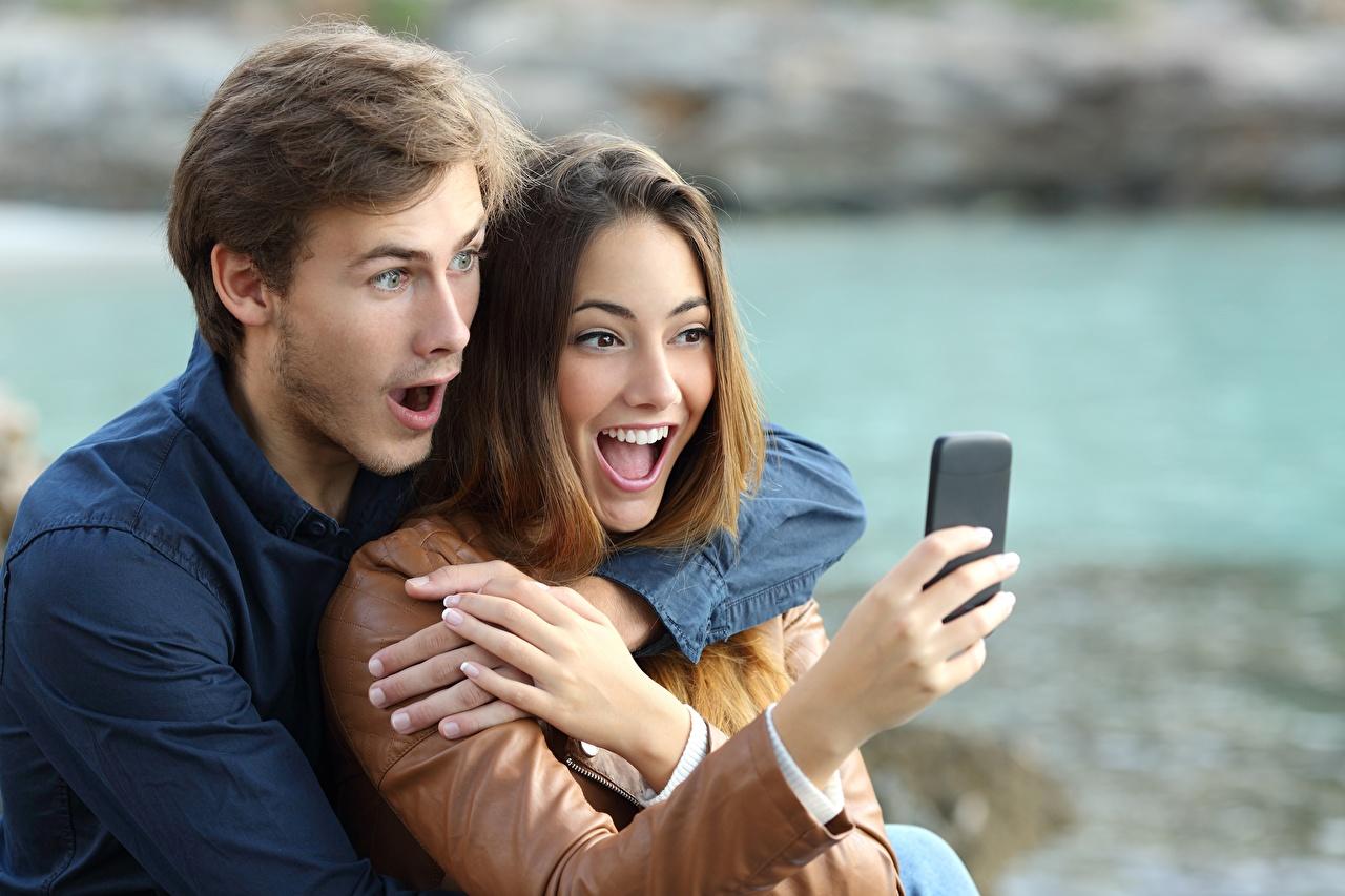 Фото Мужчины любовники эмоции изумление Смартфон Девушки Руки Влюбленные пары Удивление