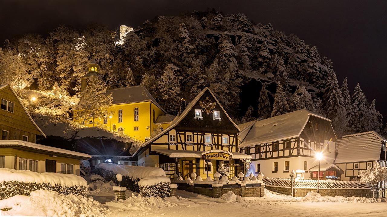 Картинки Германия Oybin Зима улице снегу в ночи Уличные фонари Дома Города зимние улиц Снег Улица снеге снега Ночь ночью Ночные город Здания