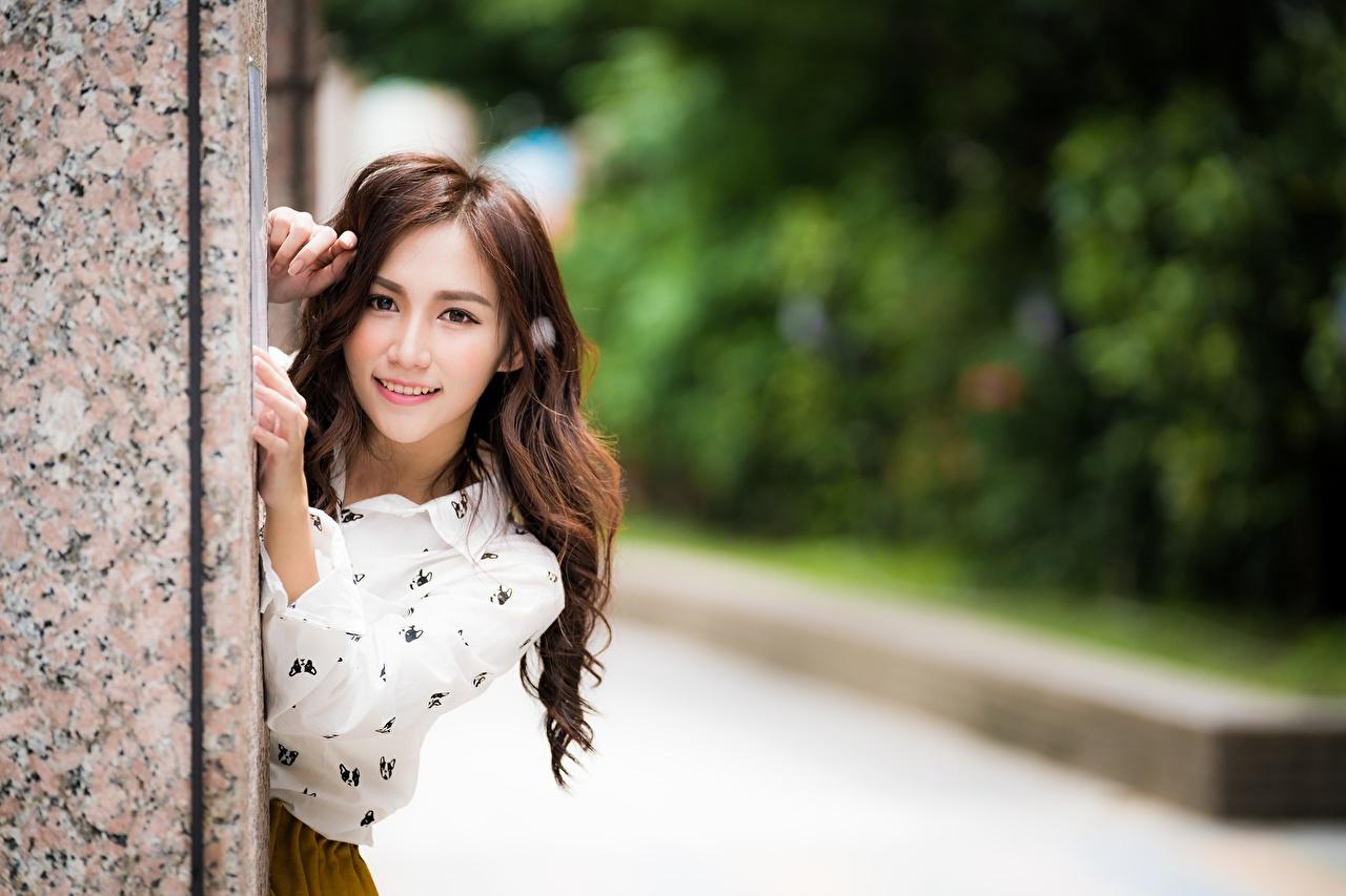 Картинка Улыбка Размытый фон молодая женщина азиатки Руки смотрит улыбается боке девушка Девушки молодые женщины Азиаты азиатка рука Взгляд смотрят