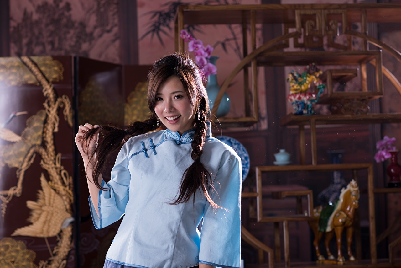 Картинка Шатенка Коса Улыбка девушка азиатка Руки шатенки косы косички улыбается Девушки молодая женщина молодые женщины Азиаты азиатки рука