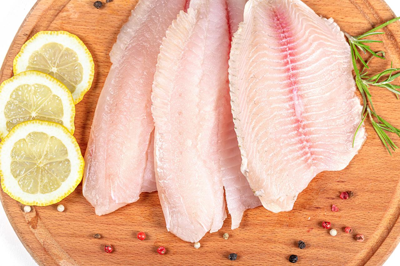 Фотография Перец чёрный Рыба Лимоны Еда Разделочная доска Пища Продукты питания разделочной доске