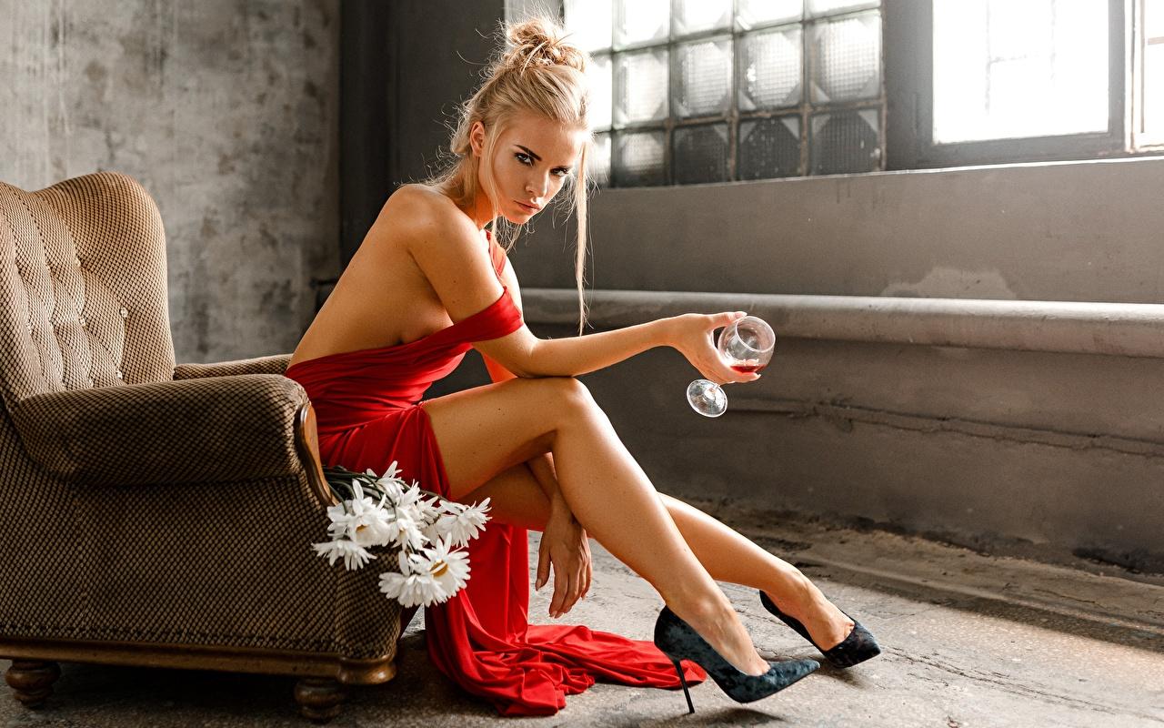 Картинки блондинки Svetlana, Evgeny Markalev Поза Девушки Ноги сидя Руки Кресло Бокалы туфель Блондинка блондинок позирует девушка молодая женщина молодые женщины ног рука бокал Сидит сидящие Туфли туфлях