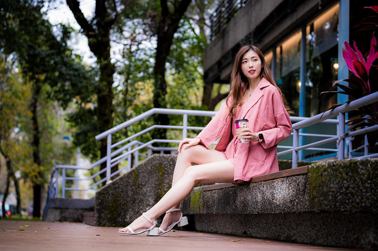 Картинка молодые женщины Ноги Азиаты Сидит смотрит девушка Девушки молодая женщина ног азиатки азиатка сидя сидящие Взгляд смотрят