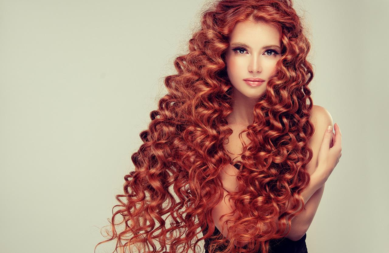 Обои Девушки Рыжая красивый Волосы прически Взгляд Цветной фон девушка молодые женщины молодая женщина рыжих рыжие Красивые красивая волос Причёска смотрят смотрит