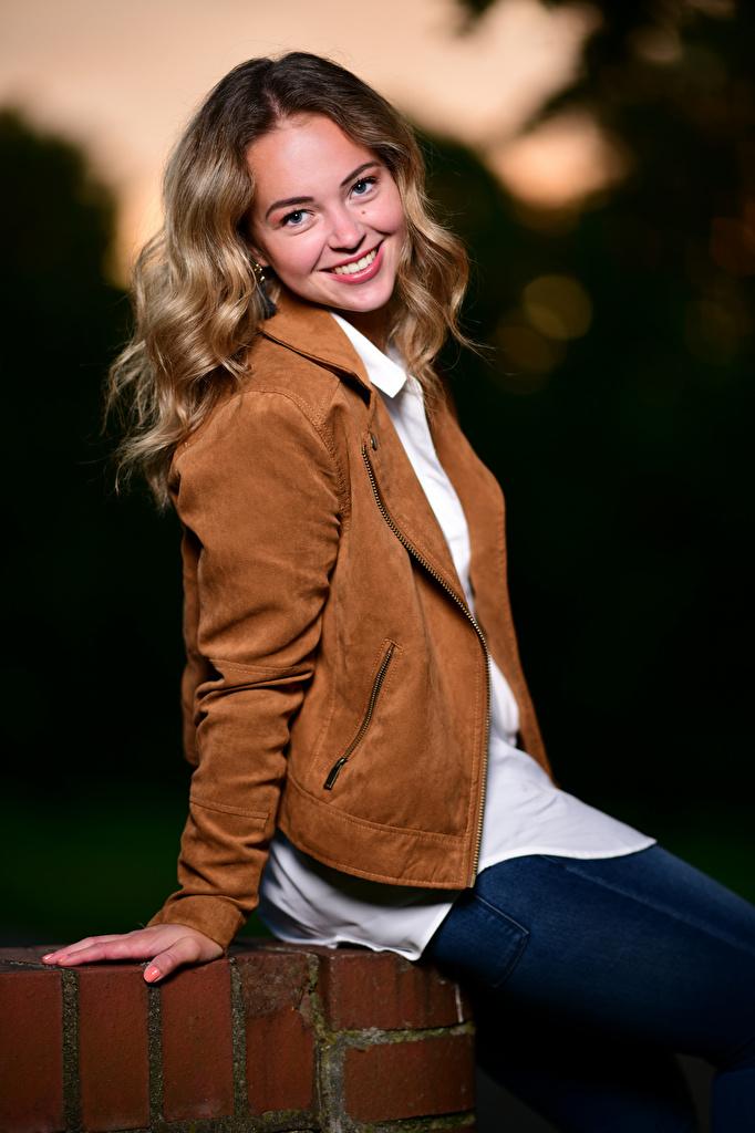 Фотографии блондинок Улыбка Selina куртке молодая женщина сидящие смотрит  для мобильного телефона блондинки Блондинка улыбается Куртка куртки куртках девушка Девушки молодые женщины сидя Сидит Взгляд смотрят