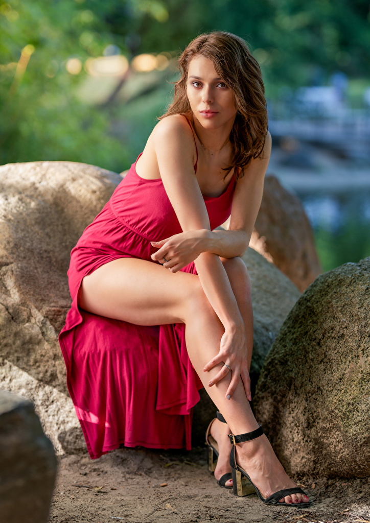 Фото Agnieszka Borkowska девушка ног Камни Сидит смотрит платья  для мобильного телефона Девушки молодая женщина молодые женщины Ноги сидя Камень сидящие Взгляд смотрят Платье