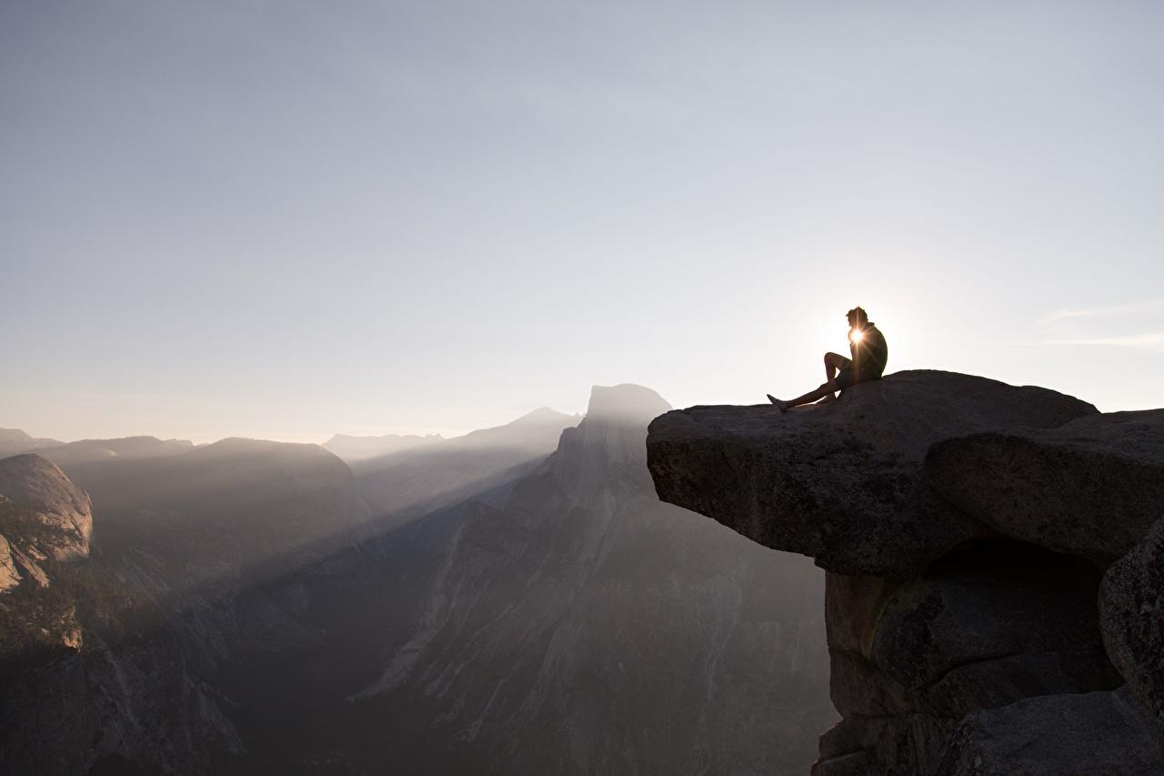 Фотографии Йосемити калифорнии америка мужчина Горы Отдых Скала Природа Парки рассвет и закат сидящие Калифорния США штаты Мужчины гора Утес скалы скале релакс отдыхает парк Рассветы и закаты сидя Сидит